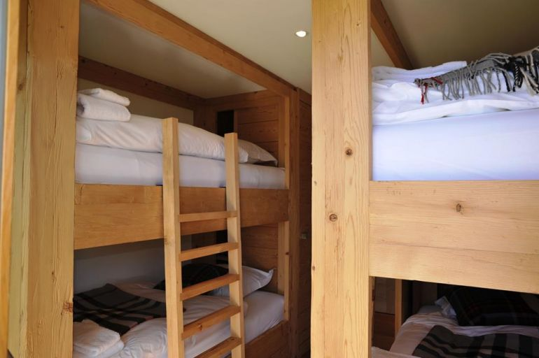 Metairies bunk bed with white bedsheets
