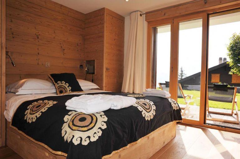 Metairies bedroom verbier with black bed sheet